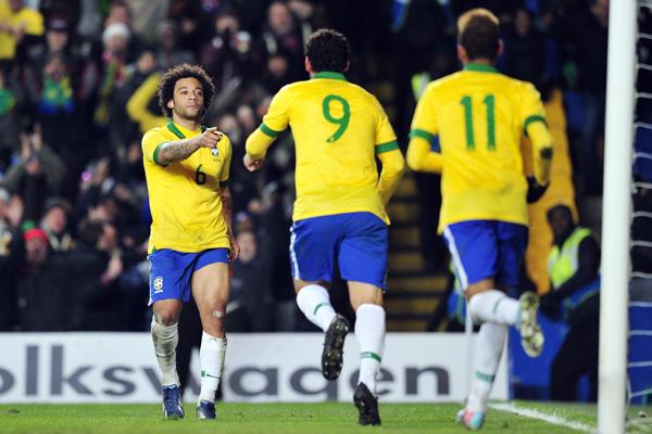 O atacante Fred corre para agradecer o passe de Marcelo, no gol