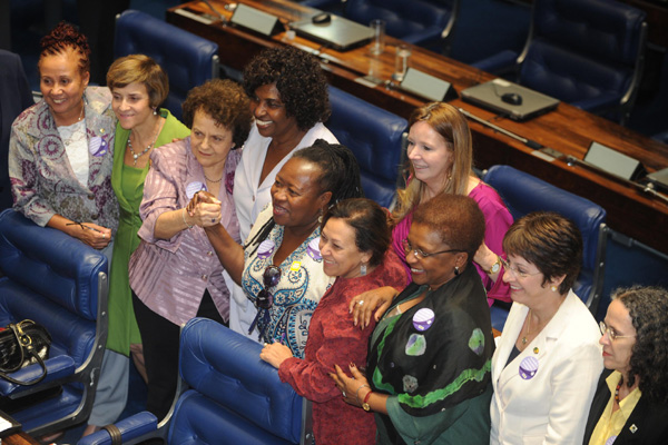 Benedita da Silva, centro, e representantes de entidades de classe comemoram aprovação da PEC