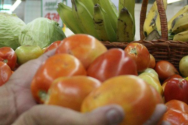 Nos supermercados, o volume de vendas de tomate caiu até 30 por cento