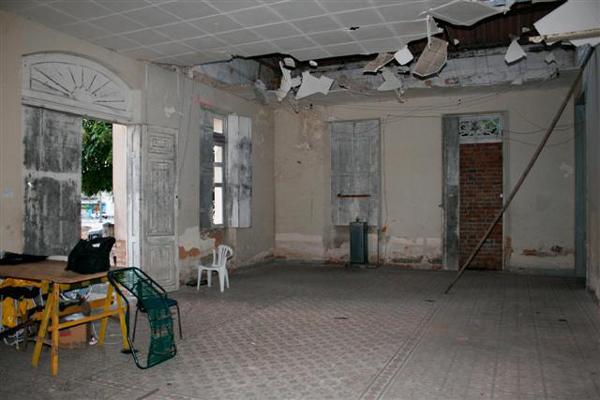 Na área interna, parte do teto já desabou em vários salões