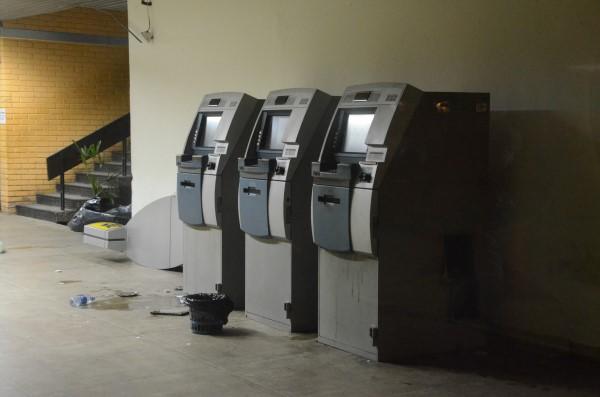 Foram arrombados três caixas eletrônicos do Banco do Brasil, mas a quantia levada não foi especificada