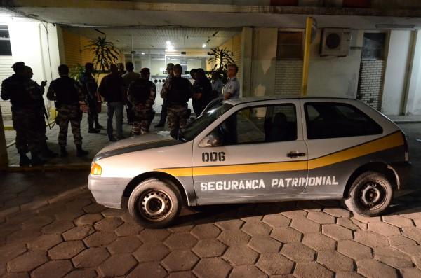 Os seguranças que foram rendidos só puderam acionar a PM após a saída dos bandidos, que permaneceram cerca de 4h no prédio