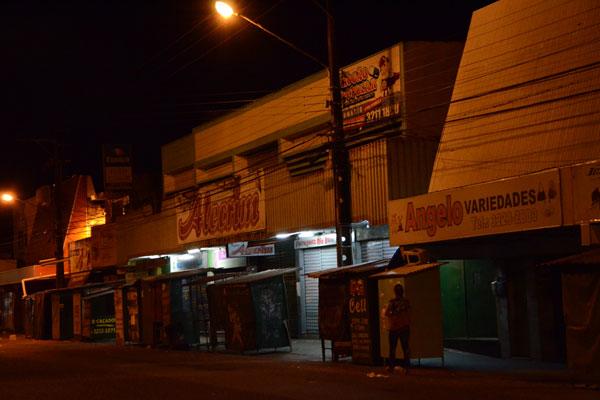 A avenida Coronel Estevam (av. 9), no Alecrim, durante a noite