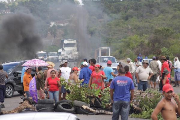 MST fechou a BR-406 reivindicando distribuição de terras para agricultura familiar