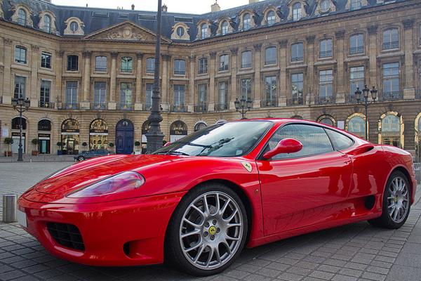 O preço que se paga para desfilar ao volante de uma Ferrari F360 Modena 4 horas é de quatro mil reais