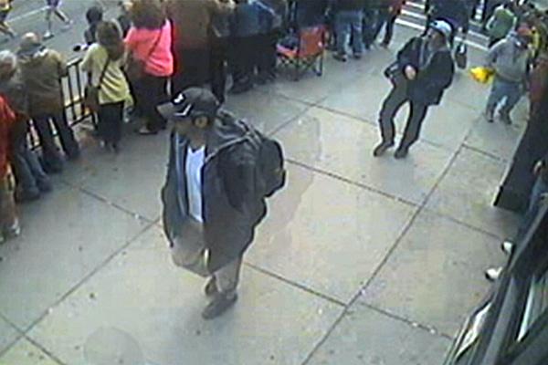 Suspeito de boné preto foi morto pela polícia; irmão, de boné branco, segue foragido