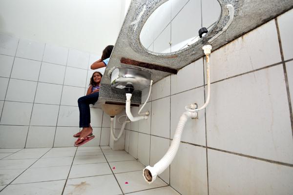 Banheiros da Escola Municipal Edinor Avelino, no município de Macau, estão com vários problemas estruturais, assim como em outros cômodos do prédio público