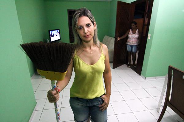 A gerente de recursos humanos, Ruth Lira, vai dispensar a empregada doméstica e contratar o serviço de uma diarista