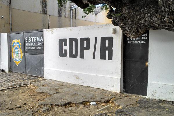 A rebelião no CDP da Ribeira durou cerca de duas horas, deixou colchões queimados e um buraco na parede de uma das celas