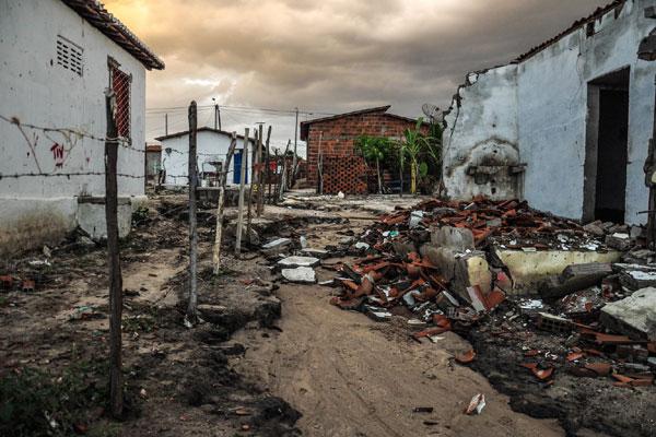 Depois que uma casa desabou e outras foram interditadas, a Defesa Civil condenou todas as casas  do conjunto Alto da Pelonha