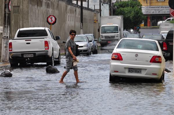 A rua José Borges, no bairro Lagoa Nova, foi uma das que amanheceu alagada na manhã de hoje (24)
