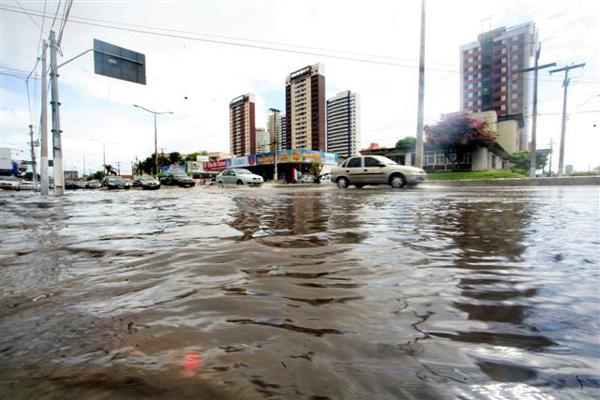 Na avenida Salgado Filho, vários trechos ficaram alagados