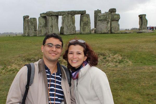 Fred Santos e Karla Larissa nos arredores de Londres, em Stonehenge: estrutura de pedras, que chegam a 5 metros de altura