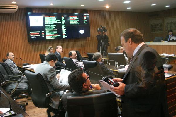 No 2º expediente, quando os projetos são apreciados, o plenário tem diversos vereadores. Ausência percebida foi de Albert Dickson