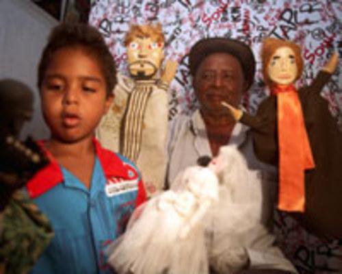 MAMULENGUEIRO - Chico Daniel ama o que faz e sente orgulho ao ver o interesse do neto Jonatas pelos bonecos