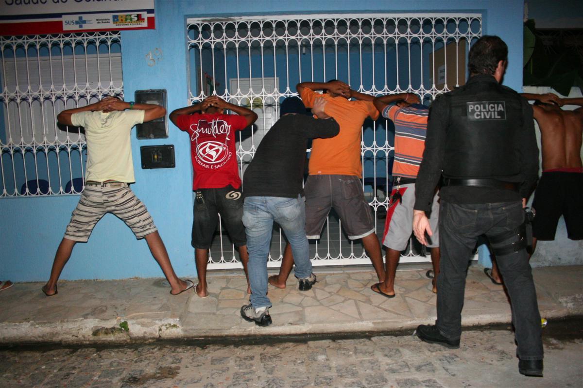 Os policiais civis revistam pessoas no conjunto Golandim em São Gonçalo do Amarante
