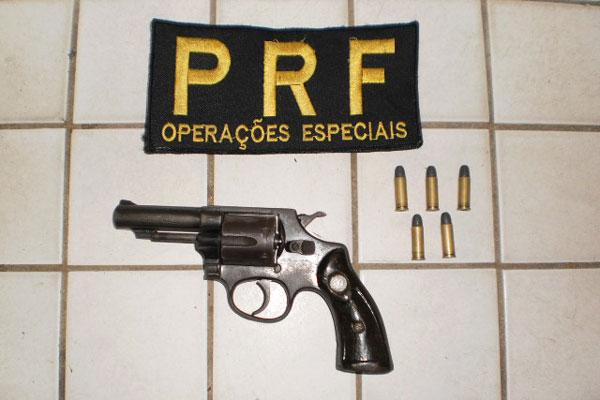 Revólver calibre 32 e cinco munições foram encontrados com um dos presos pela PRF