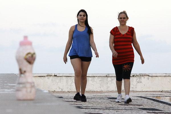 Rosa Lúcia e Eveline de Paula, mãe e filha, caminham juntas diariamente pelas ruas de Natal