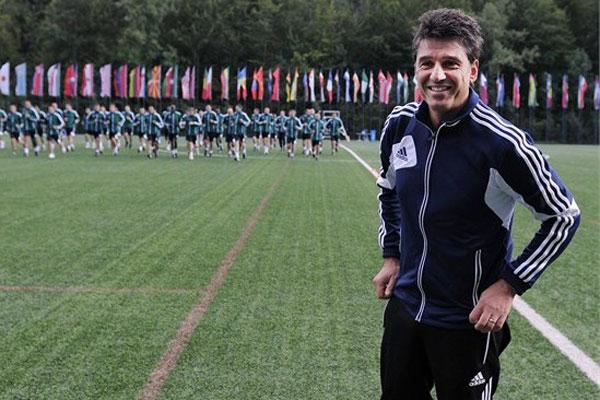 Massimo Busacca, agora chefe do Departamento de Arbitragem da FIFA, supervisiona árbitros