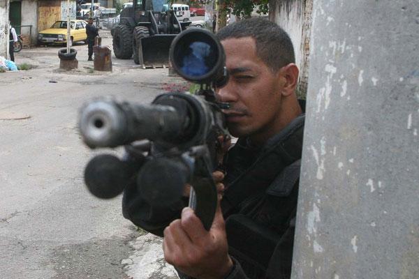 Polícia participa de guerra diária nos morros do Rio de Janeiro