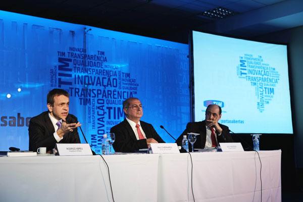Abreu, à esquerda, o ministro Paulo Bernardo, centro, e o presidente da Anatel: serviços em discussão