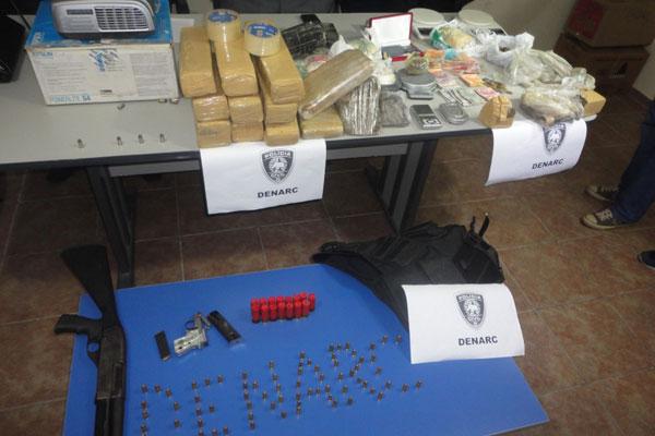 Polícia apreendeu drogas, armas e munição com os criminosos