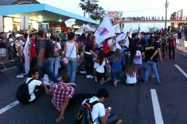 Manifestantes ocuparam marginal da BR-101 durante protesto