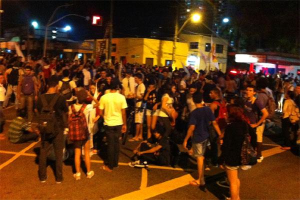 Os manifestantes já chegaram ao cruzamento das avenidas Salgado Filho e Bernardo Vieira