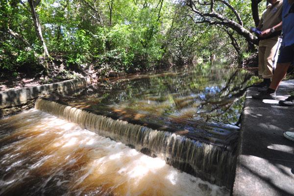 Lagoa do Jiqui transbordava na manhã desta quarta-feira. O nível de água acumulada chegou a 2,55 metros na régua de marcação
