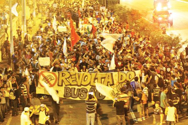 Assim como no ano passado, o protesto foi orquestrado pelas redes sociais. Desta vez, houve participação mais efetiva de entidades estudantis