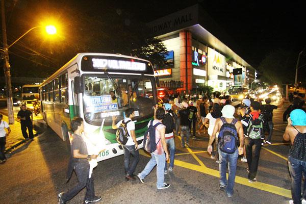 Estudantes tentaram fazer roletaço nos ônibus, mas foram impedidos pela polícia militar. Pelo menos cinco pessoas foram detidas