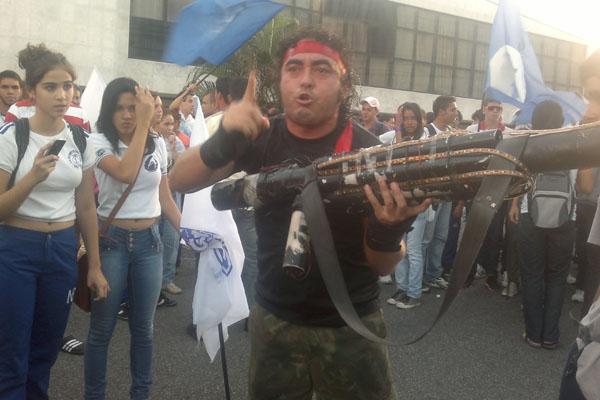 Rambo de Natal, personagem comum nos protestos da capital, é suspeito de receptação de produtos roubados