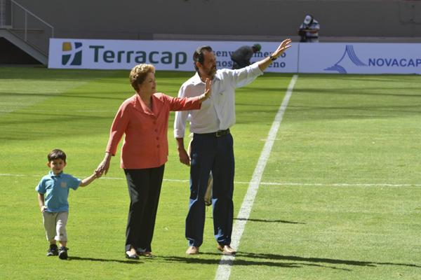 A presidenta da República, Dilma Rousseff e o governador do Distrito Federal, Agnelo Queiroz, participaram da cerimônia de inauguração do Estádio Nacional de Brasília Mané Garrincha