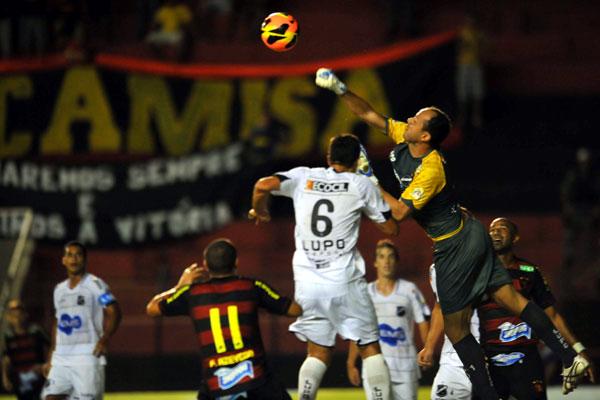 Goleiro Lopes foi seguro nos momentos mais delicados da partida segurando a pressão do Sport