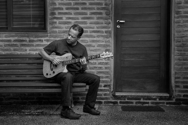 Compositor, guitarrista e arranjador, Manoca Barreto pertence a uma geração de virtuoses da música instrumental. Há dois anos ele lapida seu segundo disco, O Som que vem, que será lançado neste sábado, no auditório da Escola de Música da UFRN