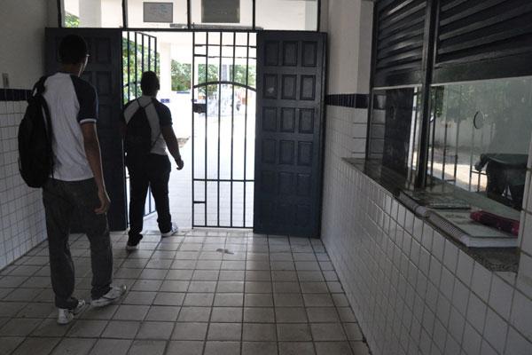 Parte das escolas tem Guarda Patrimonial. As que estão em áreas de risco possuem segurança privada contratada pela Secretaria