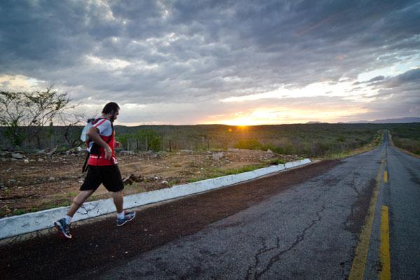 Artista-atleta gaúcho Túlio Pinto percorreu, em 19 dias, 487 km pelo agreste e sertão potiguar para preparar a exposição CEP Corpo, Espaço e Percurso