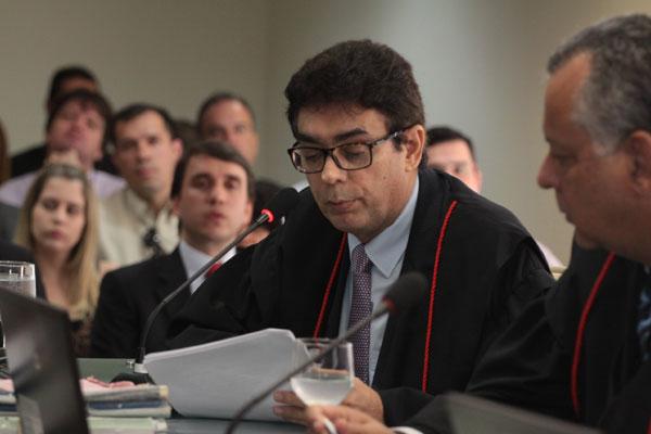 Poti Júnior lê relatório em que faz recomendações ao governo do Estado e fixa multa diária