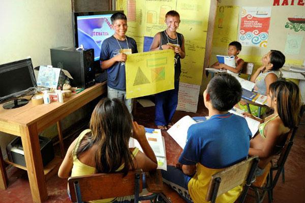 Em cada sala de aula os alunos recebem livros e dicionários
