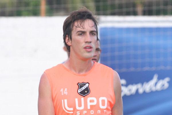 Indicado pelo técnico Paulo Porto, o jogador Mateus já se transformou e titular e vem com o pensamento de conseguir o acesso para a série A do Brasileiro