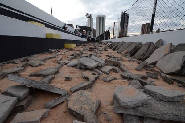 Demolição dos lances de arquibancadas gerou muito protesto dos torcedores contra a atual diretoria e contra os parceiros do clube