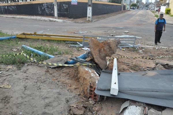 A batida foi tão forte que arrancou um pedaço de concreto que sustentava a parada de ônibus