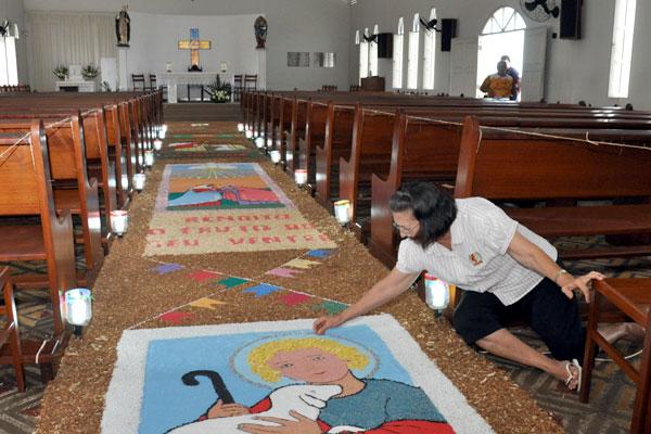 Fiéis já começam confecções dos tapetes nesta quarta-feira