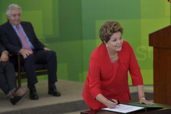 Dilma Rousseff assina o decreto para evitar que o programa seja revogado sem a Medida Provisória