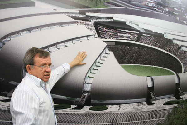 O secretário da Secopa, Demétrio Torres explica detalhes das peças e da montagem da cobertura do estádio Arena das Dunas, que também serve como fachada para a praça esportiva de Natal