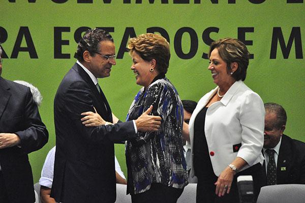 Henrique e governadora Rosalba Ciarlini participaram do evento de entrega de máquinas agrícolas