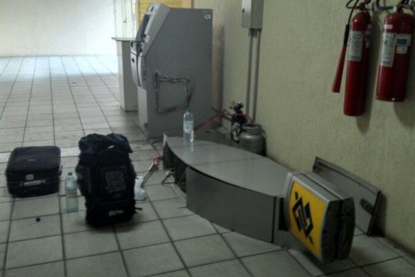 Bando arrombou caixa eletrônico na sede do DER