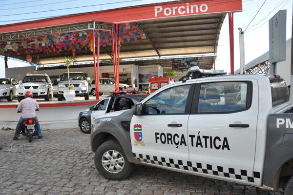 Logo após o sequestro, aumentou a movimentação em frente à concessionária da família, com presença de várias viaturas policiais