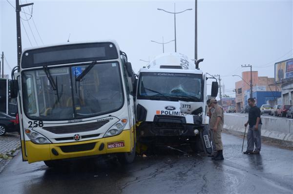 Colisão causou derramamento de óleo do ônibus da empresa Guanabara