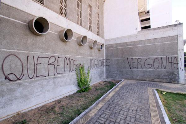 No início do ano, torcedores picharam o muro do Frasqueirão, protestando contra o péssimo início do time na Copa do Nordeste. Pouco tempo depois, os muros foram pintados